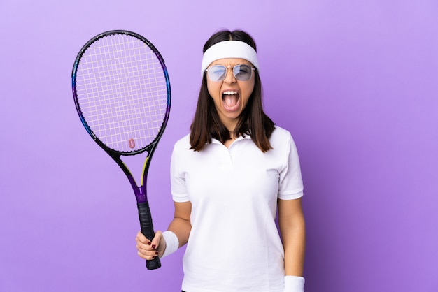 Joven tenista sobre aislado