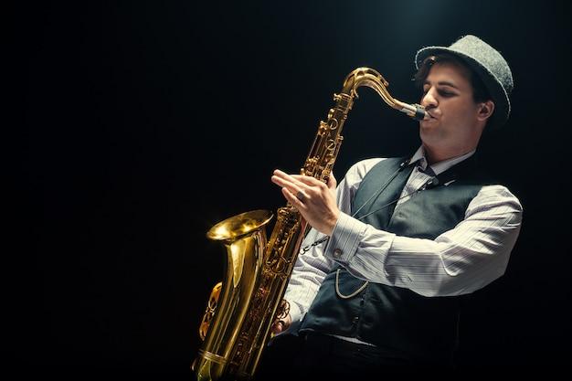Joven tocando el saxofón