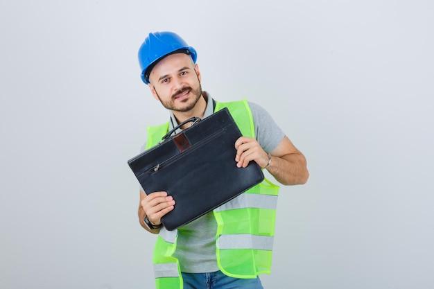 Joven trabajador de la construcción con un casco de seguridad