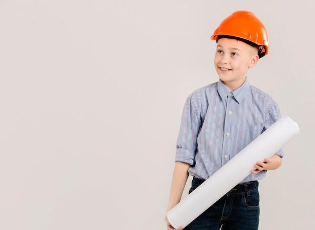 Joven trabajador de la construcción copia espacio