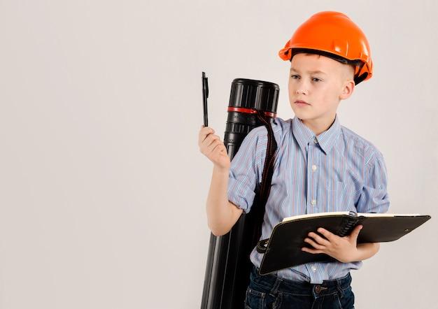 Joven trabajador de la construcción pensando