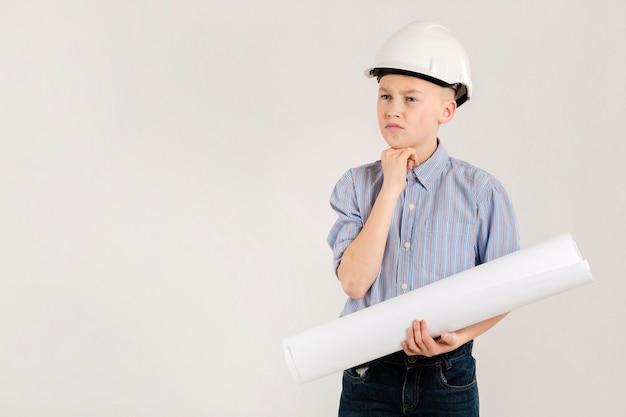 Joven trabajador de la construcción pensativo