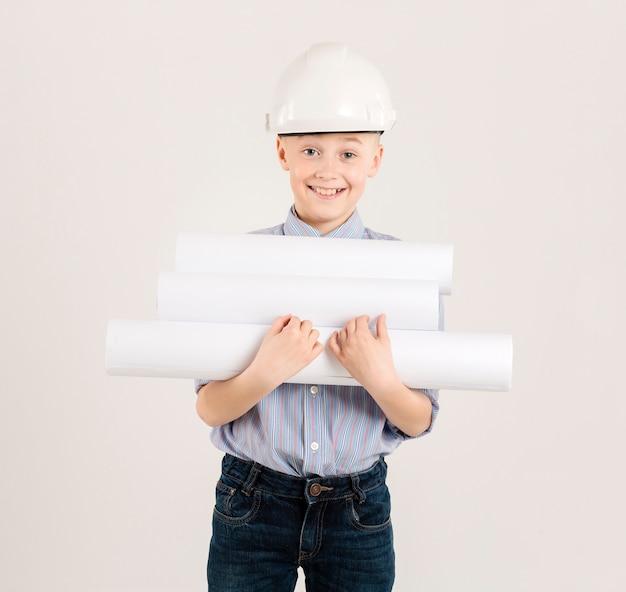 Joven trabajador de la construcción con proyectos
