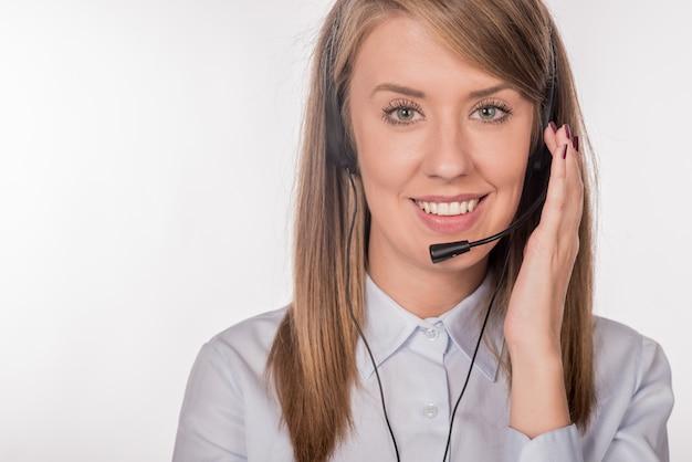 Joven trabajador hermoso centro de llamadas
