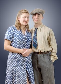 Joven trabajador parejas en ropa vintage