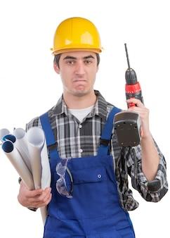 Joven trabajador con un taladro está enojado