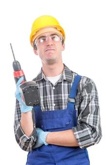 Joven trabajador con un taladro
