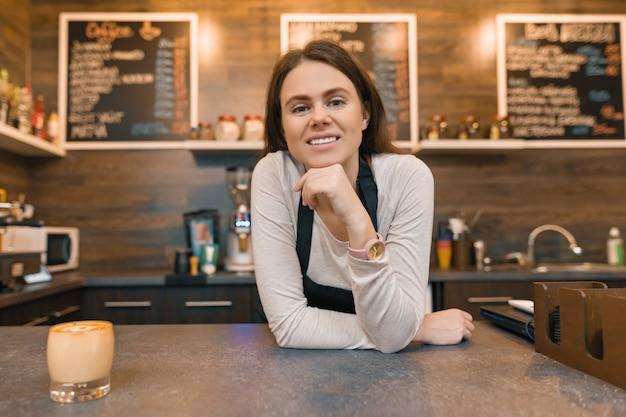 Joven trabajadora de cafetería barista