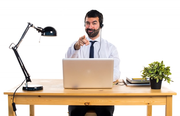 Joven, trabajando, auricular, señalar, frente