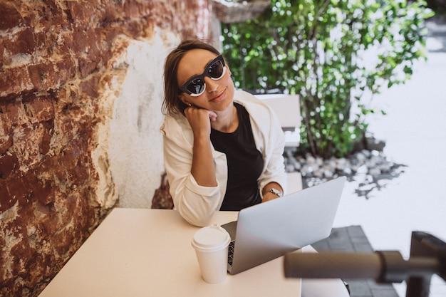 Joven trabajando en la computadora portátil en un café