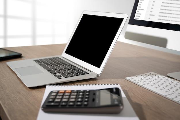 Joven trabajando empresario usando una computadora de escritorio de la pantalla en blanco