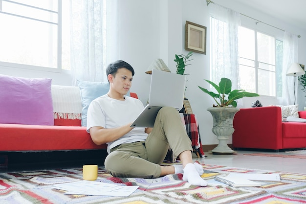 Joven trabajando en línea y aprendiendo desde casa.