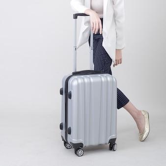 Joven turista asiática con equipaje para viajar