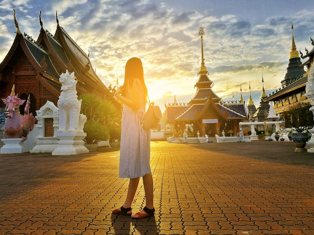 Joven turista asiática explora el templo budista wat ban den ubicado en chiangmai, thail