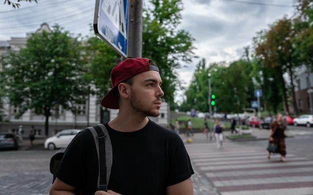 Joven turista en las calles de la ciudad visitando la ciudad de kiev en ucrania