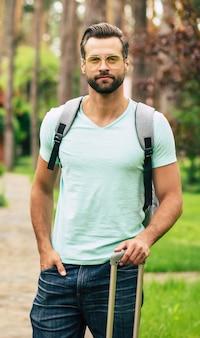 Joven turista guapo