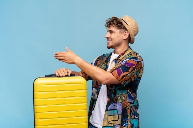 Joven turista con una maleta