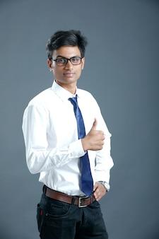 Joven universitario indio