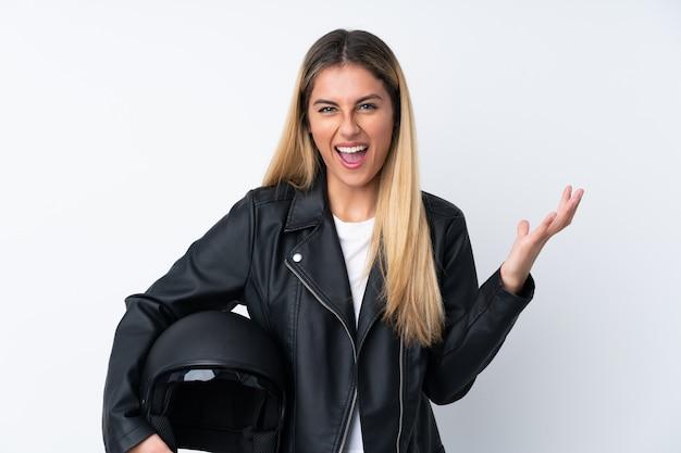 Joven uruguaya con casco de moto infeliz y frustrada con algo