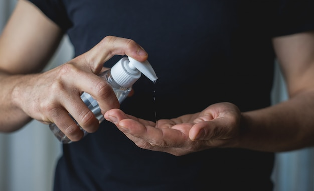 Joven usando gel desinfectante