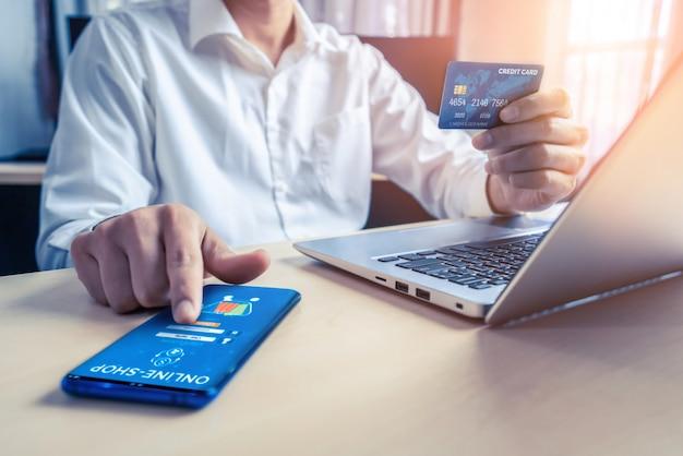 Joven use tarjeta de crédito para compras en línea