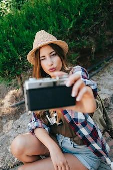 Joven viajera posando para un selfie