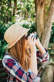 Joven viajera con prismáticos
