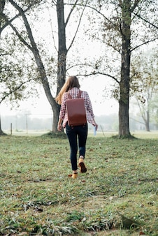 Joven viajero caminando por el bosque