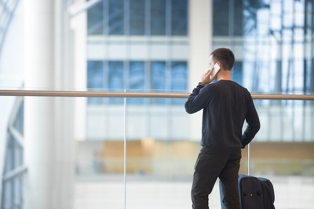 Joven, viajero, hacer, llamada, aeropuerto