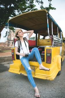 Joven viajero mujer asiática con mochila viajando por la provincia de ayutthaya, tailandia
