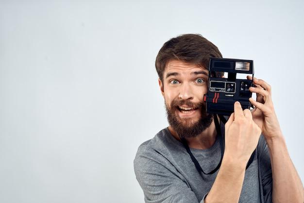 Joven con una vieja cámara en una luz
