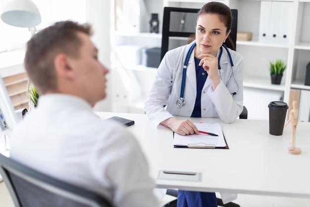 El joven vino a ver al doctor.