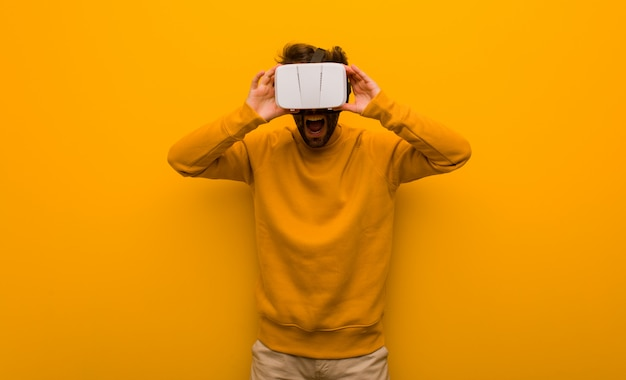 Joven vistiendo unas gafas de realidad virtual