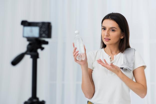 Joven vlogger grabando en casa