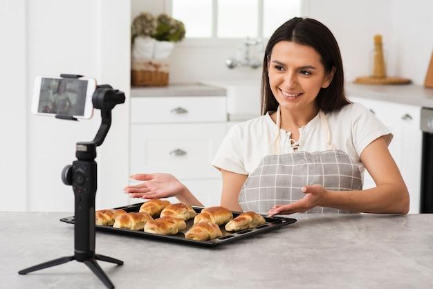 Joven vlogger orgullosa de sus pasteles