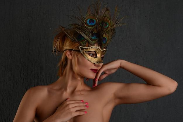 Joven, womanin, veneciano, carnaval, máscara, primer plano, hembra, portrait., fondo oscuro