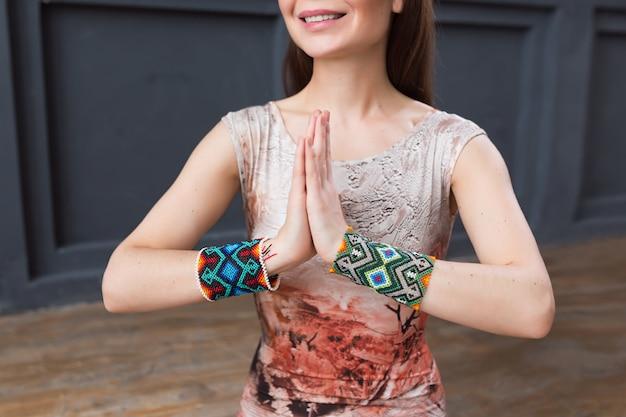 Joven yogui practicando yoga, de cerca en las manos