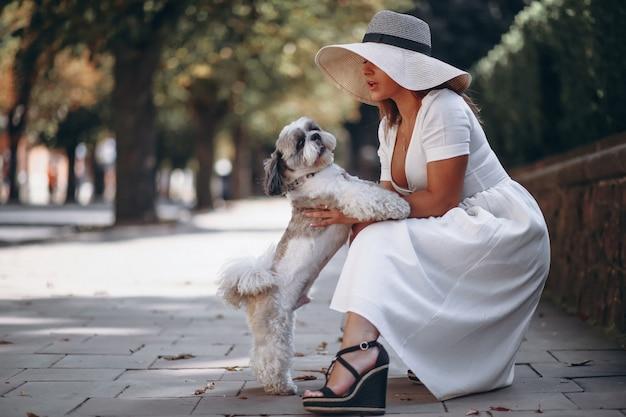 Jovencita con su mascota al aire libre