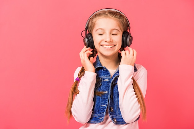 Jovencita disfrutando de la música