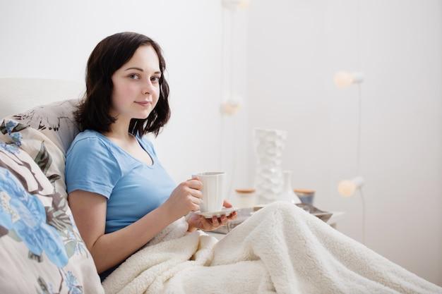 Jovencita en dormitorio
