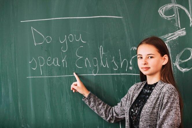 Jovencita en clase de inglés
