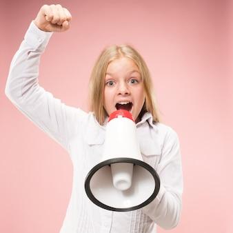 Jovencita haciendo anuncio con megáfono en estudio rosa