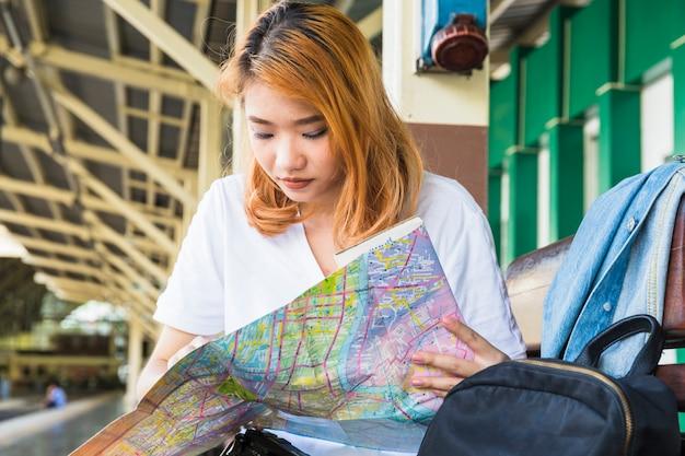 Jovencita con mapa en plataforma