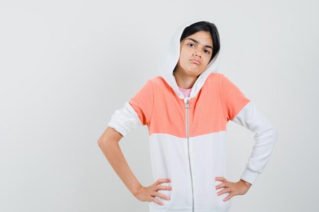 Jovencita mostrando gesto idk en chaqueta blanca y mirando perezoso.