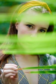 Jovencita posando en invernadero