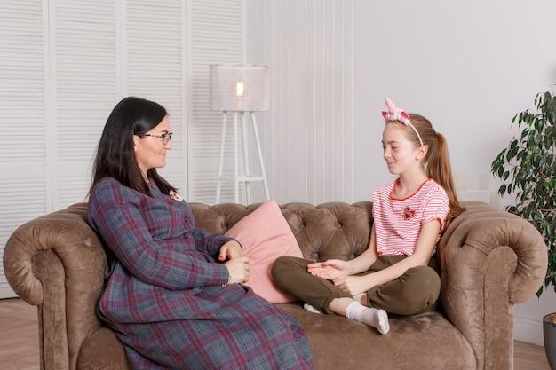 Jovencita en recepción en el psicoterapeuta.