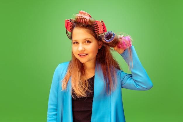 Jovencita soñando con la profesión de maquilladora