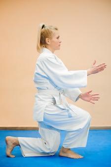 Jovencita vestida de hakama practicando aikido.