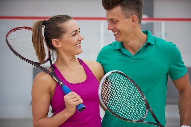 Jóvenes activos jugando al squash
