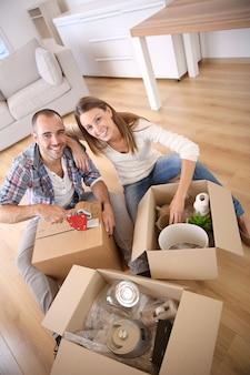 Jóvenes adultos mudándose en casa nueva